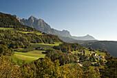 Berglandschaft im Sonnenlicht im Herbst, Naturpark Schlern Rosengarten, Dolomiten, Alto Adige, Südtirol, Italien, Europa