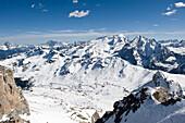 Verschneite Berglandschaft im Sonnenlicht, Pordoi Pass, Pordoijoch, Alto Adige, Südtirol, Italien, Europa