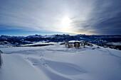 Verschneite Berglandschaft unter Wolkenhimmel, Südtirol, Alto Adige, Italien, Europa