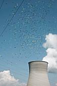 Luftballons ziehen über Kühlturm, Protest Demonstration, Atomkraftwerk Gundremmingen, AKW Gundremmingen, Bayern, Deutschland
