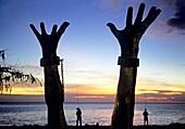 sculpture commemorant l´abolition de l´esclavage Plage de Le Precheur Ile de la Martinique Departement et Region d´Outremer francais Archipel des Antilles Caraibes//Memorial for the Abolition of the Slave Trade Le Precheur Martinique Island, overseas regi
