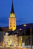 Beleuchteter Kirchturm der Stadtpfarrkirche am Hauptplatz am Abend, Villach, Kärnten, Österreich, Europa