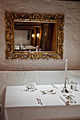 Gedeckter Tisch mit dem Spiegel an der Wand, Achensee, Tirol, Österreich