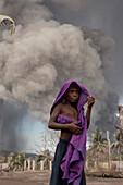 Kinder leiden unter ständigem Aschefall, Tavurvur Vulkan, Rabaul, Ost-Neubritannien, Papua Neuguinea, Melanesien, Pazifik