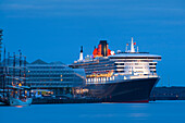 Cruise ship Queen Mary 2 at harbour in the evening, Hamburg Cruise Center Hafen City, Hamburg, Germany, Europe