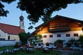 Gasthof und Kirche im Abendlicht, Seeon, Chiemgau, Bayern, Deutschland