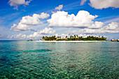 Insel unter Wolkenhimmel, Park Hyatt Maldives Hadahaa, Gaafu Alifu Atoll, North Huvadhoo Atoll, Malediven