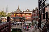 Menschen auf einer Brücke vor dem Huxinting Teehaus am Yu Yuan Garten, Shanghai, China, Asien