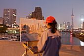 Malerin malt den Huangpu Fluss mit Waibaidu Brücke und Skyline von Pudong, Shanghai, China, Asien