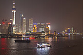 Blick über den Huangpu Fluss auf die Skyline von Pudong bei Nacht, Shanghai, China, Asien