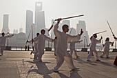 Morgengymnastik, Männer beim Schwerttanz am Bund am Morgen, Shanghai, China, Asien