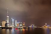 Skyline von Pudong am Huangpu Fluss bei Nacht, Shanghai, China, Asien