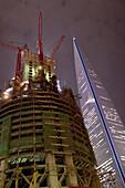Baustelle des neuen Shanghai Tower neben dem Jin Mao Tower bei Nacht, Pudong, Shanghai, China, Asien
