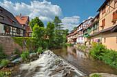Der Fluss Weiss zwischen Fachwerkhäusern, Kaysersberg, Elsass, Frankreich, Europa