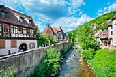 Fachwerkhäuser am Fluss Weiss, Kaysersberg, Elsass, Frankreich, Europa