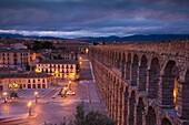 Spain, Castilla y Leon Region, Segovia Province, Segovia, town view over Plaza de Artilleria with El Acueducto, Roman Aqueduct, dawn