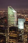 Blick vom Top of the Rock auf Manhattan mit Rockefeller Center in der NAcht, Architekt Raymond Hood, Manhattan, New York City, New York, USA