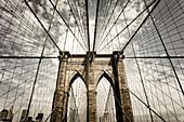 Brooklyn Bridge mit Himmel in Sepia, New York City, New York, USA