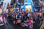 Times Square mit Leute in der Abenddämmerung, 42th, Broadway, Manhattan, New York City, New York, USA