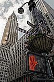 Rote Verkehrsampel vor dem Chrsyler Gebäude, Manhattan, New York City, New York, USA