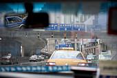 Blick durch die Frontscheibe eines Taxis auf Strassenverkehr in Shanghai, China
