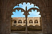 Courtyard of the two-storied cloister of the Mosteiro dos Jéronimos Monastery of the Hieronymites, Belem district, Lisbon, Portugal, Unesco World Heritage Site Innenhof des zweistöckigen Klosters des Mosteiro dos Jéronimos Hieronymus Kloster, Belem Vierte