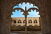 Courtyard of the two-storied cloister of the Mosteiro dos Jéronimos Monastery of the Hieronymites, Belem district, Lisbon, Portugal, Unesco World Heritage Site Innenhof des zweistöckigen Klosters des Mosteiro dos Jéronimos Hieronymus Kloster, Belem Vierte