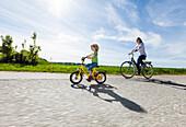 Mutter und Tochter beim Fahrradfahren, Oberbayern, Bayern, Deutschland