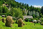Heumandl mit Gasthof und Erdpyramiden von Terenten im Hintergrund, Terenten, Pustertal, Südtirol, Italien
