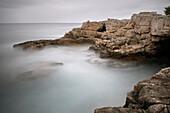 Schroffe Küste der Adria in Pula, Langzeitbelichtung, Gespanschaft Istrien, Kroatien