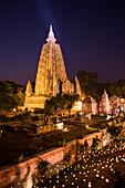 Der Mahabodhi Tempel, der Überlieferung gemäß ist es jener Ort, an dem Siddhartha Gautama, der historische Buddha, das Erwachen erlangte, im Abendlicht, Bodhgaya, Gaya, Bihar, Indien