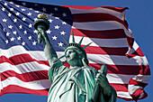 Freiheitsstatue, Montage mit amerikanischer Flagge, Staten Island, New York City, USA
