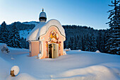 Chapel Maria Koenigin at lake Lautersee in winter after the snowfall, Mittenwald, Werdenfelser Land, Upper Bavaria, Bavaria, Germany