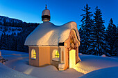 Kapelle Maria-Königin am Lautersee im Winter mit Licht, Mittenwald, Werdenfelser Land, Oberbayern, Bayern, Deutschland