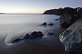 Felsklippen in der Dämmerung,verwischtes Wasser,Horizont,blaue Stunde,Whanarua Bay,East Cape,Nordinsel,Neuseeland