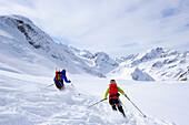 Zwei Skifahrer bei der Abfahrt über den Gletscher von der Wildspitze, Ötztaler Alpen, Tirol, Österreich