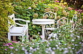 Sitzbank mit einem Tisch und Stühle, eine ruhige Ecke im Garten, Wien, Österreich