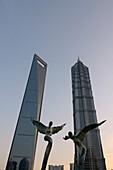 Engel Skulpturen vor Shanghai World Financial Center und Jin Mao-Tower, Lujiazui Park, Pudong, Shanghai, China