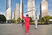 Alte Frau beim Schwertkampf, Lujiazui Park, Oriental Pearl Tower, Pudong, Shanghai, China