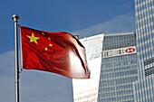Chinesische Flagge vor Wolkenkratzer am People's Park, Shanghai, China