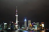Oriental Pearl Tower, Skyline am Bund, Huangpu River, Shanghai, China