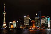 Oriental Pearl Tower, Skyline am Bund, Huangpu-River, Shanghai, China