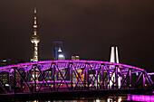 Waibaidu Brücke bei Nacht, Oriental Pearl Tower, Skyline am Bund, Huangpu-River, Shanghai, China