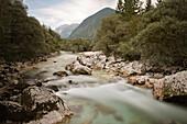 Fluss im Soca Tal bei Bovec, Julische Alpen, Primorska, Slowenien, Langzeitbelichtung