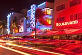 Ocean Drive bei Nacht mit Hotel Designhotel Colony, Art Deco District, South Beach, Miami, Florida, USA