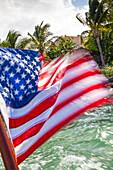 Amerika Fahne auf Boot beim Verlassen von Little Palm Island, Little Palm Island Resort, Florida Keys, USA