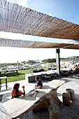 Gäste auf der Terrasse mit Treibholz Mobiliar, Hotel Areias do Seixo, Povoa de Penafirme, A-dos-Cunhados, Costa de Prata, Portugal