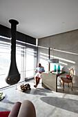 Gast in einem Doppelzimmer mit Kamin und Blick auf Dünen und Meer, Hotel Areias do Seixo, Povoa de Penafirme, A-dos-Cunhados, Costa de Prata, Portugal