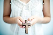 joven religiosa con cruz en la mano, Young religious youth with cross in hand
