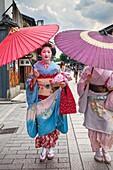 Geisha and ´maiko´ geisha apprentice in Hanamikoji dori street Geisha´s distric of Gion Kyoto  Kansai, Japan